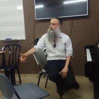 ערן סולומון מלמד תיאורית המוזיקה בכיף