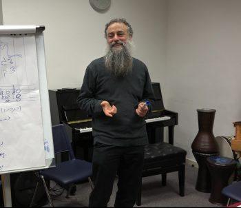ערן סולומון מלמד הרמוניית ג'אז